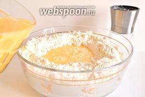 Сначала замесим тесто. Для этого в ёмкость насыпать муку. Сделать в муке углубление. Яйца слегка взболтать с водой и солью. Добавить яичную смесь в муку, вливаем в углубление. И замешиваем тесто. Совет: лучше сначала насыпьте не всю муку, а примерно 750 грамм. А уже затем, при вымешивании, добавляейте ещё муку. Муки может понадобиться и меньше, чем указанно у меня, зависит и от муки, и от размера яиц.