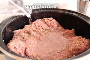 Всё перемешиваем, солим, перчим. Специи используем по своему вкусу. Мне нравятся готовые смеси для фарша и хмели-сунели. Наливаем в фарш холодную воду, сначала лучше влить 150 мл, затем, постепенно, оставшиеся 50 мл, по мере необходимости. Перемешать руками, тщательно вымешиваем фарш, добавляя воду.