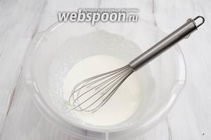 Творог легко взбить с молоком. Добавить сахар. Перемешать.