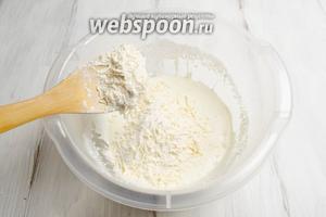 Небольшими порциями добавлять в творожно-масляную смесь муку с сыром, замешивая тесто.