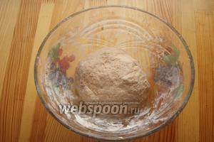 Тесто собираем в колобок и отправляем в тёплое место на 1 час, чтобы оно подошло.