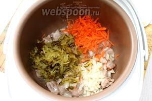 Лук мелко нарезать, морковь и огурцы натереть на крупной тёрке и добавить к мясу.