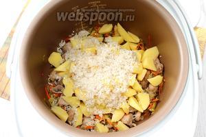 В чашу добавить мелко порезанный картофель, промытый рис.