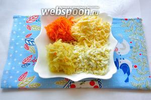 Очистим остывшие картофель, морковь и яйца и натрём на крупной тёрке. Сыр натрём на той же тёрке.