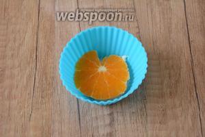 Мандарины очистить от кожуры, порезать кольцами. Выложить кольцо мандарина, на дно формы.