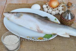 Потребуется рыба, лучше свежая, но можно использовать и замороженную, соль, перец, рис, чеснок.