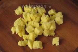 У оставшихся капкейков и обрезков бисквита срезать тёмную корку, нарезать на маленькие кубики и отложить их на украшение.