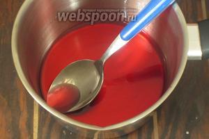 В небольшом сотейнике сахар залить водой и довести до кипения. Готовить несколько минут до полного растворения сахара, затем cнять с огня. Добавить ликёр и перемешать. Остудить.