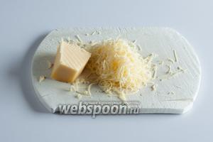 Пока картошка запекается, можно как раз приготовить салаты (или сделать это заранее). Как можно ближе к моменту подачи остаётся потереть на мелкой тёрке сыр.