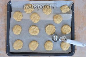 Готовое тесто выкладываем ложкой для мороженного на лист, выстеленный пекарской бумагой, и немного прижимаем ладонью. Печенье я делаю крупное. Если готовите маленькое печенье, то время выпечки уменьшите. Выпекаем в разогретой духовке 15-20 минут при температуре 190°С.