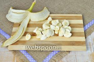 Бананы очистить и нарезать на кусочки.