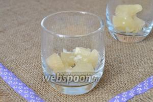 В порционные стаканы положить кусочки помело.