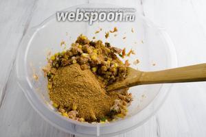 Добавить сухари малыми порциями, перемешивая полученный фарш.