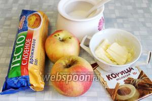 Для приготовления рулета взять готовое слоёное дрожжевое тесто, яблоки, сахар, масло, пряности.