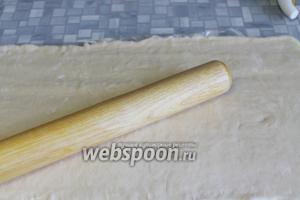 Тесто раскатать в пласт (3-5 мм), можно прямо на упаковочной плёнке.