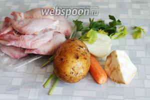 Для супа взять курицу, картофель, морковь, лук, сельдерей, петрушку, соль.