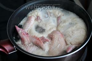 Курицу довести до кипения, варить при медленном кипении без крышки 15 минут. Эта процедура будет актуальна и для домашней курицы, с той лишь разницей, что первый бульон можно будет не выливать, а использовать для других блюд.