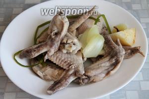 Когда они сварятся, вынуть крылья, стебли, лук и сельдерей. Крылья можно подать отдельно, можно тоже измельчить и добавить в суп (в зависимости от диеты).