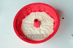 Перелить в смазанную маслом, силиконовую форму. Поставить в другую форму, наполненную на 2/3 водой. Готовить 30 минут при 170 °С.