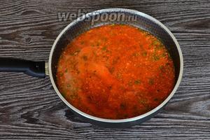 Разводим томатную пасту в кипячёной воде, затем взбиваем все овощи блендером. Я всё делала сразу на сковороде.