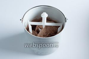 Для изготовления мороженого я использую мороженицу UNOLD объёмом 2 литра. Она одновременно и охлаждает, и промешивает. 700 мл такой смеси превращаются в мягкое мороженое за 30-35 минут.