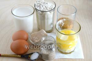 Подготовьте необходимые ингредиенты : муку пшеничную высшего сорта, муку пшеничную цельнозерновую, тёплое молоко (37°С), ещё 1,5 ст. л. молока для смазывания, растопленное и охлаждённое до комнатной температуры сливочное масло, яйца (и ещё 1 желток для смазывания), сахар (4 ст. л. для посыпки), ванильный сахар, соль и дрожжи.