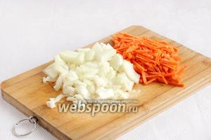 Лук и морковь так же нарезать соломкой. Предпочтительнее всё-таки не использовать тёрку.