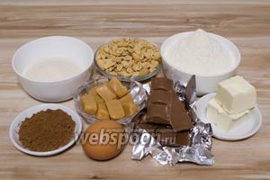 Для приготовления печенья возьмите муку, сахар, какао, масло сливочное, яйцо, шоколад молочный, арахис солёный, 1/3 ч. л. разрыхлителя и 1/3 ч. л. соли.
