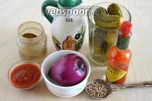 Подготовьте необходимые ингредиенты: маринованные огурцы, красный или белый салатный лук сладких сортов, классический томатный соус, соус табаско (можно заменить порошком чили), кориандр, хмели-сунели и масло грецкого ореха. Масло грецкого ореха можно заменить на нерафинированное подсолнечное или тыквенное.