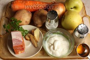 Промыть овощи в холодной воде: картофель, морковь, лук и яблоки.