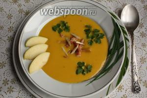 При подаче, прямо в тарелку, добавить жареный бекон, петрушку и корень хрена.