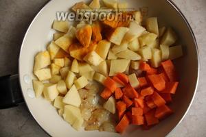 Добавить к нему  морковь, картофель, яблоки и посыпать карри.