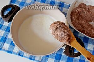 Молоко вскипятить и частями вести сухую смесь, при этом постоянно помешивая .