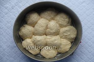 Хлеб смазываем взбитым яйцом и посыпаем кунжутом. Накрываем пищевой плёнкой и ставим в тёплое место на 1 час.