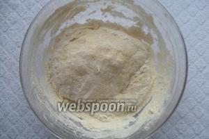 Муку добавляем постепенно. Замешиваем тесто. Тесто должно получится нежным и мягким.