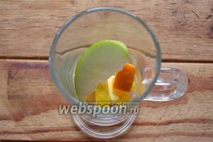 Дополнительно нарежьте ещё немного фруктов. По несколько кусочков каждого фрукта поместите в чашку.