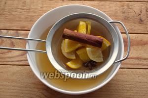 Горячий напиток быстро отфильтруйте, удалив кусочки фруктов, корицу, специи.