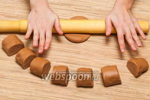 Будущие коржи нужно будет раскатать, толщиной примерно в 2 мм. Хотя при желании можно сделать и тоньше.
