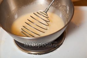 Ставим массу на средний огонь и, постоянно помешивая, доводим до загустения. После того, как крем загустел, снимаем его с плиты и добавляем сливочное масло. Перемешиваем.