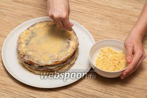 Готовый торт можно посыпать разломанным в мелкую крошку печеньем или украсить ягодами.