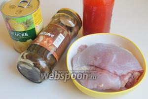Вот такие продукты нам нужны: консервированный ананас, грибы шиитаке консервированные, мясо индейки и соус, желательно азиатcкий.
