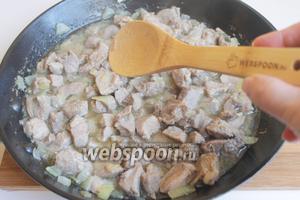 Разогреваем сковородку с маслом. Кладём мясо и обжариваем. Добавим 100 мл воды и тушим минут 5.