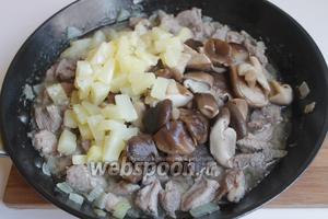 Кладём ананас и грибы.