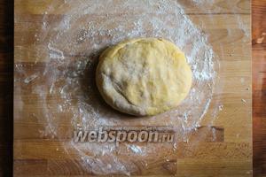Отдохнувшее тесто выложите на слегка присыпанную рабочую поверхность.