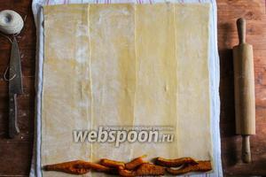 Вдоль нижнего края теста выложите печёную тыкву.
