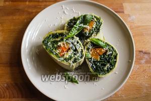 Выложите ротоло на тарелку срезом к верху, сбрызните оливковым маслом, натрите Пармезан, украсьте травами и подавайте на стол! Приятного аппетита!