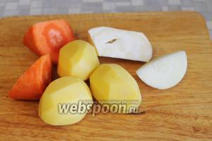 Овощи очистить и крупно нарезать.