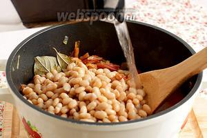 Выложить в казан отцеженную от жидкости фасоль, лавровый лист и залить всё водой до краёв кастрюли. Если хочется добавить картошку, то её нужно мелко нарезать и отварить отдельно, потому что в кислоте картошка варится долго и становится стеклянной. Проварить суп ещё 7-10 минут, выправить на соль. Дать супу настояться минут 15 и можно подавать.