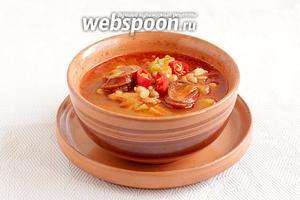 Подавайте суп с перчиком и зеленью.