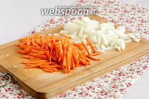 Измельчить лук и морковь. Морковку я всегда нарезаю вручную, мне так больше нравится.